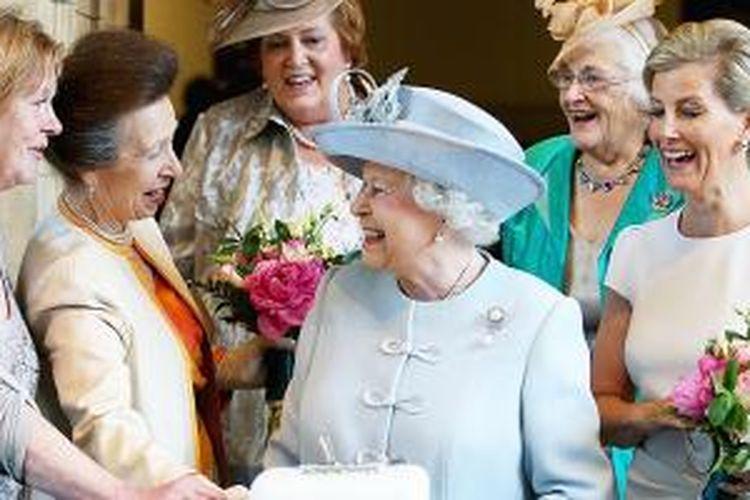 Salah satu kebiasaan unik Ratu Elizabeth II adalah ia tidak pernah ketinggalan zaman dalam hal teknologi teranyar.