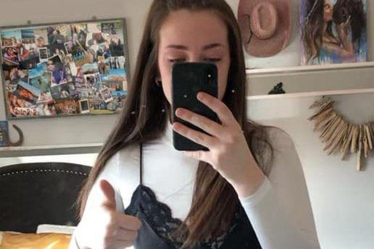 Karis (17 tahun) murid SMA mengenakan jumper turtle neck warna putih di bawah gaun hitam selutut dengan trim renda [Christopher Wilson/Facebook Via Metro.co.uk]