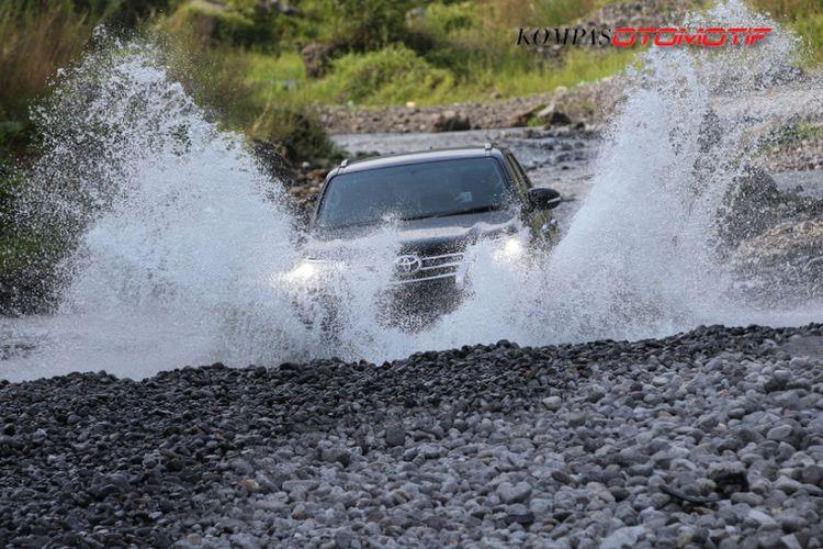 Uji ketangguhan Toyota Fortuner di Kali Kuning Merapi