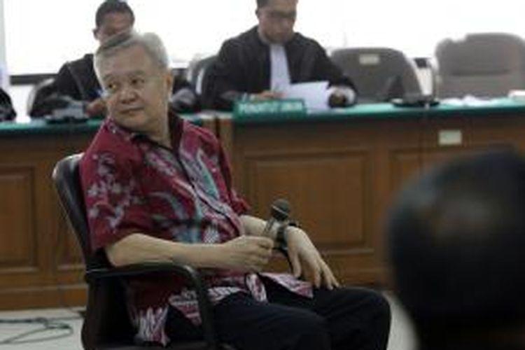 Terdakwa Anggoro Widjojo menjalani sidang perdananya di Pengadilan Tindak Pidana Korupsi, Jakarta, Rabu (23/4/2014). Anggoro yang pernah buron selama lima tahun tersebut diduga terlibat suap proyek pengadaan Sistem Komunikasi Radio Terpadu (SKRT) di Kementerian Kehutanan.