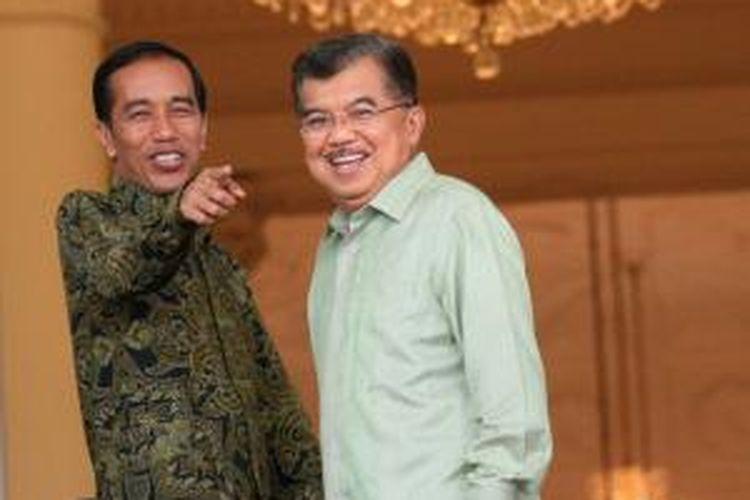 Presiden Joko Widodo dan Wakil Presiden Jusuf Kalla seusai foto bersama bupati peserta rapat koordinasi di Istana Bogor, Jawa Barat, Jumat (23/1/2015).