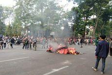 Diminta Pulang, Mahasiswa di Bandung Bertahan dan Bakar Pembatas Jalan