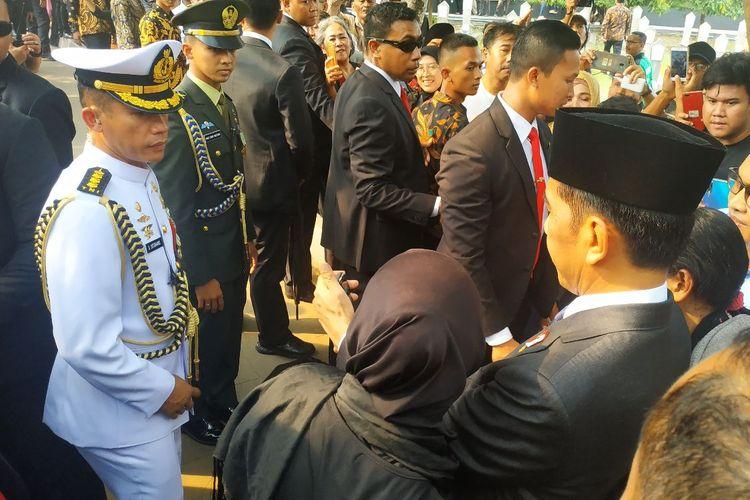 Presiden RI Joko Widodo melayangkan berswafoto bersama warga yang melayat BJ Habibie di TMPKalibata, Jakarta Selatan, Kamis (12/9/2019).