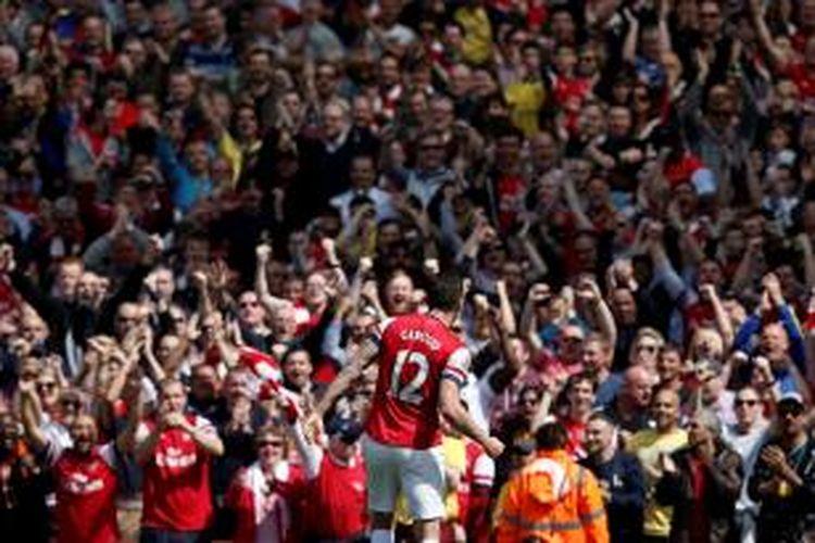 Striker Arsenal, Olivier Giroud, seusai mencetak gol ke gawang West Bromwich Albion pada lanjutan Premier League di Stadion Emirates, Minggu (4/5/2014).