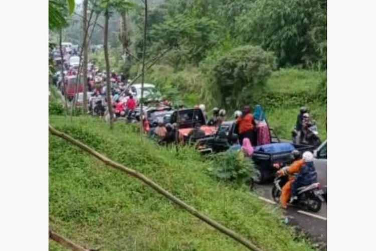 Kemacetan parah terjadi di Jalan Raya Serang-Kutabawa menuju obyek wisata Lembah Asri Serang, Kecamatan Karangreja, Purbalingga, Jawa Tengah, Minggu (3/1/2020).