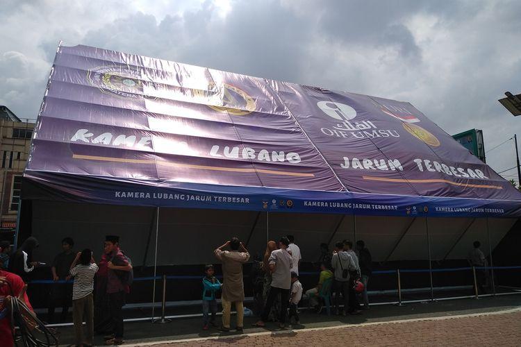 Begini penampakan kamera lubang jarum terbesar yang dibuat OIF UMSU di halaman kampus pasca sarjana UMSU di Jalan Denai, Medan. Sejumlah warga melihat terjadinya gerhana matahari yang di Medan terlihat sebagian melalui kamera lubang jarum berukuran 15x7,5 meter ini.