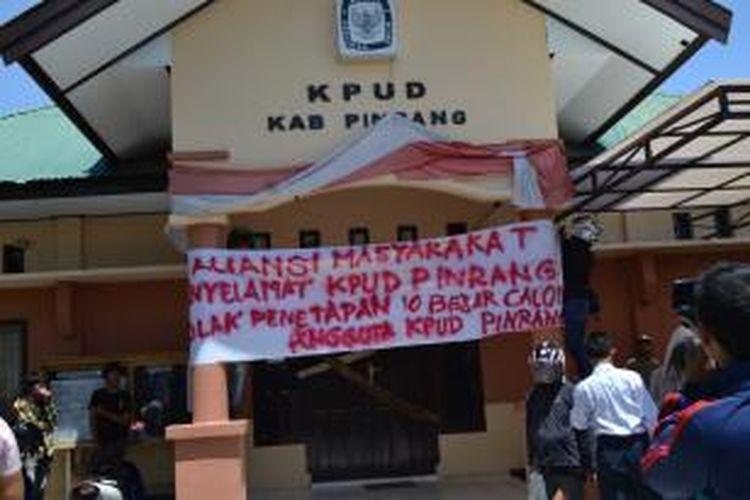 Massa saat melakukan penyegelan Kantor KPUD Kabupaten Pinrang, Sulawesi Selatan, Kamis siang tadi