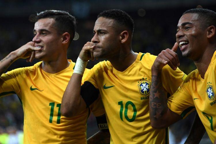 Philippe Coutinho (kiri), Neymar (tengah), dan Gabriel Jesus merayakan gol tim nasional Brasil ke gawang Argentina pada partai Kualifikasi Piala Dunia 2018 zona Amerika Selatan di Belo Horizonte, 10 November 2016.