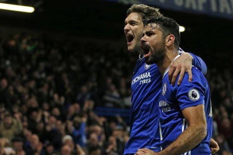 Dua pemain Chelsea, Diego Costa (kanan) dan Marcos Alonso, merayakan gol ke gawang Stoke City dalam lanjutan Premier League, di Stadion Stamford Bridge, Sabtu (31/12/2016).