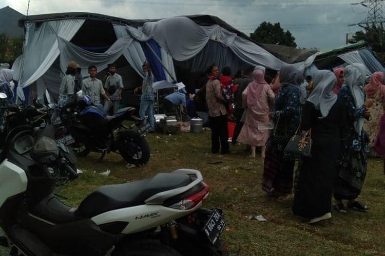 Angin puting beliung melanda sebagian wilayah Limo, Depok, Jawa Barat pada Minggu (21/3/2021) hingga merobohkan tenda hajatan perkawinan di Kampung Baru, Grogol.