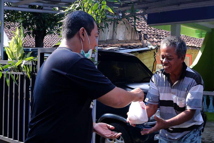 Wali Kota Semarang beri bantuan sembako kepada warga terdampak Covid-19.