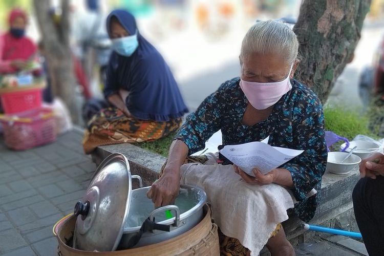 JUALAN SUNGSUM-Mbah Warsi, salah satu legenda penjual bubur sungsum di Kota Wonogiri. Nenek tiga anak sembilan cucu ini sudah berjualan bubur sungsum sejak puluhan tahun lalu.