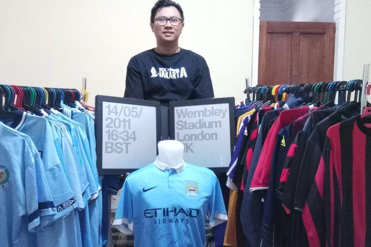 Fans Manchester City asal Indonesia, Arif Budiman, menunjukkan koleksi jersey Citizens miliknya.