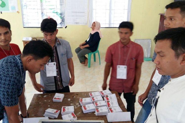 Proses pelaksanaan pemungutan suara ulang di Desa Gajah Bertalut, Kabupaten Kampar, Riau, yang disaksikan Bawaslu Riau, Sabtu (30/6/2018).