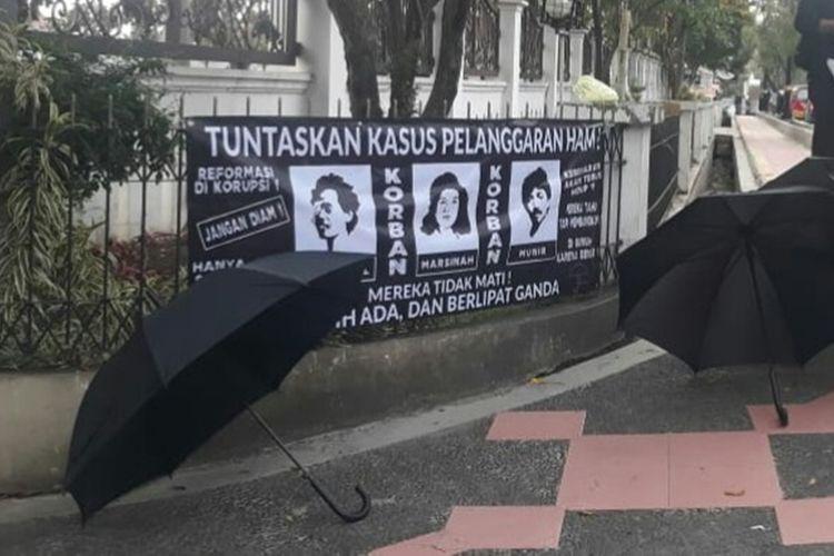 Tuntutan mahasiswa di Cianjur, Jawa Barat agar Presiden Jokowi segera menuntaskan kasus-kasus pelanggaran HAM.