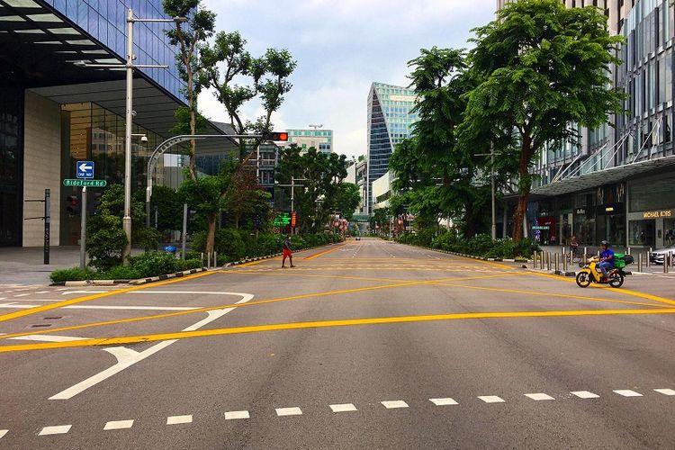 Tidak seperti biasanya yang selalu dipadati kendaraan bermotor, jalan utama Orchard Road terlihat hampir kosong melompong, Sabtu siang (11/04/2020). Kebijakan circuit breaker atau separuh lockdown yang diumumkan pemerintah Singapura efektif mulai Selasa (07/04/2020) membuat tempat-tempat ramai Singapura jauh lebih sepi dari hari-hari biasa