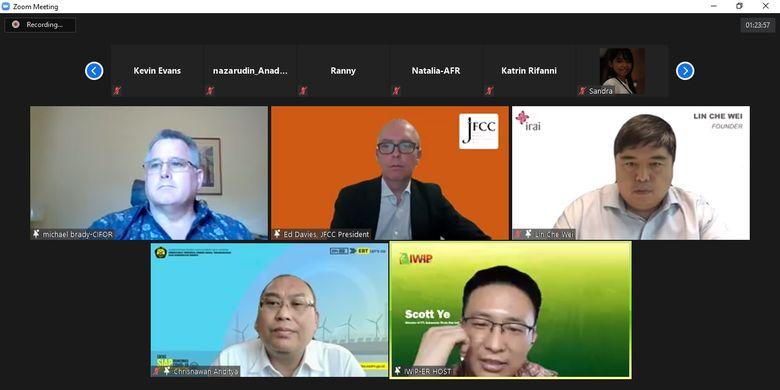 Tangkapan layar sesi tanya jawab oleh Scott Ye (kanan bawah), Chrisnawan Anditya (kiri bawah), Michael Allen Brady (kiri atas), Ed Davies (tengah atas), dan Lin Che Wei (kanan atas) dalam diskusi virtual Indonesia?s Nickel Boom and Plans to be an EV Battery Hub via Zoom Meeting pada Rabu (31/3/2021).