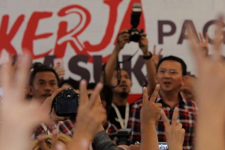 Pendukung paslon nomor 2 di Rumah Lembang, Jakarta, Rabu, (15/2/2017). Pendukung paslon nomor 2 memadati posko pemenangan Rumah Lembang Basuki Tjahaja Purnama - Djarot Saiful Hidayat.