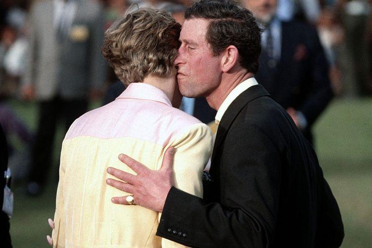 Putri Diana menghindar ketika Pangeran Charles berusaha menciumnya. Foto ini kemudian ramai diperbincangkan di media sebagai bukti ketidakharmonisan rumah tangga mereka.