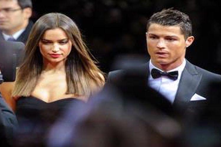 Bintang Real Madrid dari Portugal, Cristiano Ronaldo (kanan), dan pasangannya yang juga model ternama dari Rusia, Irina Shayk.