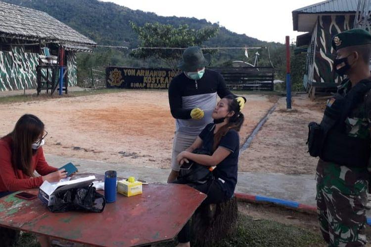 Pemeriksaan pelintas batas di pos jaga Satgas Pamtas RI Malaysia Yonarhanud 16/SBC. Baik WNI atau WNA yang keluar masuk lewat Nunukan akan menjalani pemeriksaan swab oleh tim medis