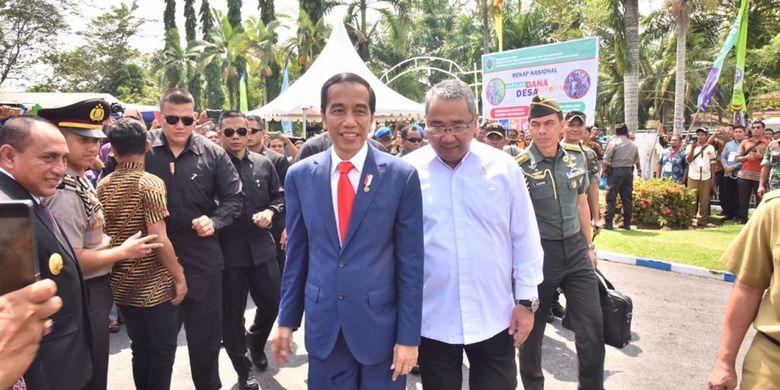 Presiden Joko Widodo bersama Mendes PDTT Eko Putro Sandjojo saat menghadiri rakor Pengendalian Program Pembangunan dan Pemberdayaan Masyarakat Desa di Deli Serdang, Sumatera Utara, Senin (8/10/2018).
