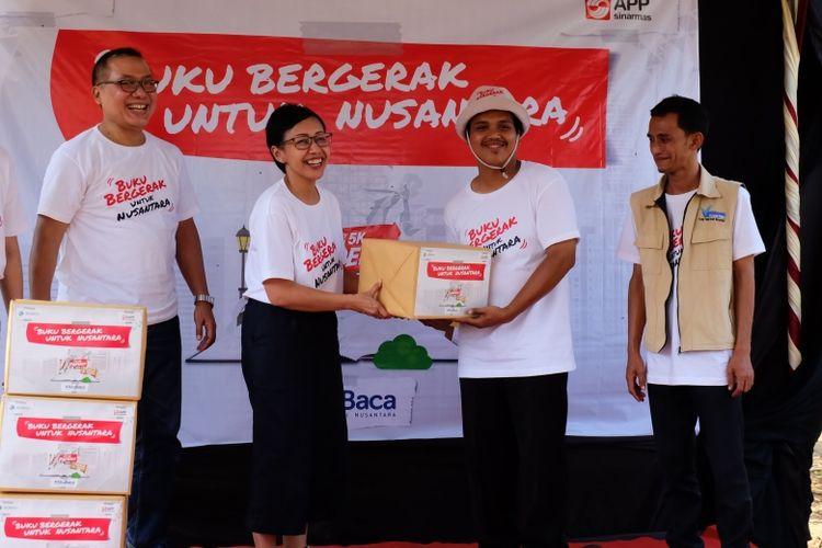 Pemberian donasi paket buku untuk TBM Saung Huma