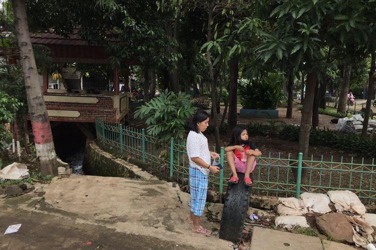 Kondisi saluran air di Komplek Polri Pondok Karya, Pela Mampang, Mampang Prapatan, Jakarta pada Senin (2/11/2020). Warga menilai saluran air berbahaya lantaran tak ada pengaman, tak terlihat saat banjir, dan berarus deras jika hujan.