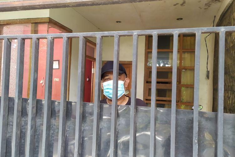 Johar menemui salah satu sahabatnya dari balik pagar rumahnya karena menjalani isolasi mandiri setelah diketahui positif covid-19.