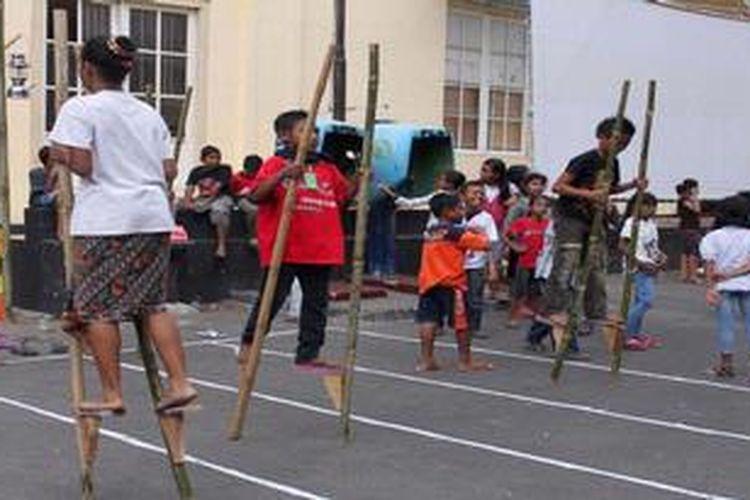 Anak-anak Kota Probolinggo memainkan permainan egrang, dalam festival dolanan dan kesenian Kota Probolinggo, Senin (4/12/2012) sore di halaman Museum Probolinggo Jawa Timur.  Dolanan tradisional dinilai memiliki nilai-nilai positif untuk membentuk karakter generasi penerus.
