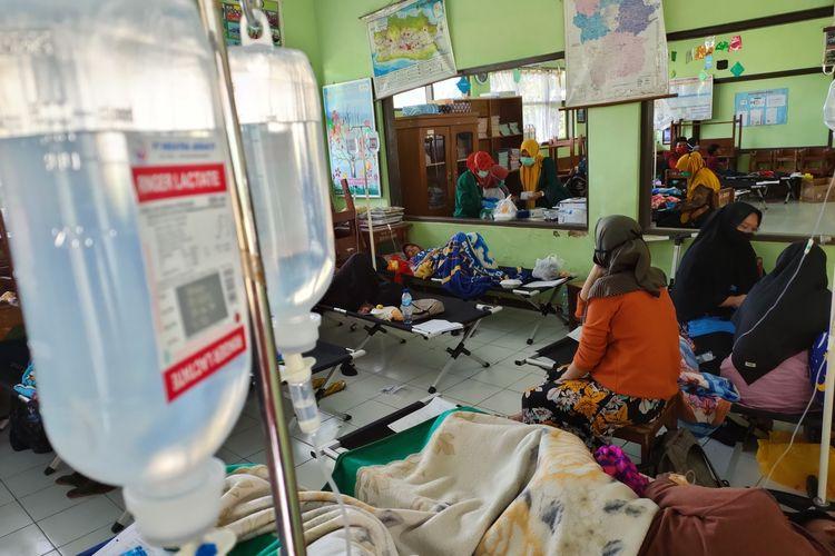 Para korban keracunan nasi kuning masih menjalani perawatan intensif di ruang darurat Puskesmas Mangkubumi, Kota Tasikmalaya, Kamis (8/10/2020).