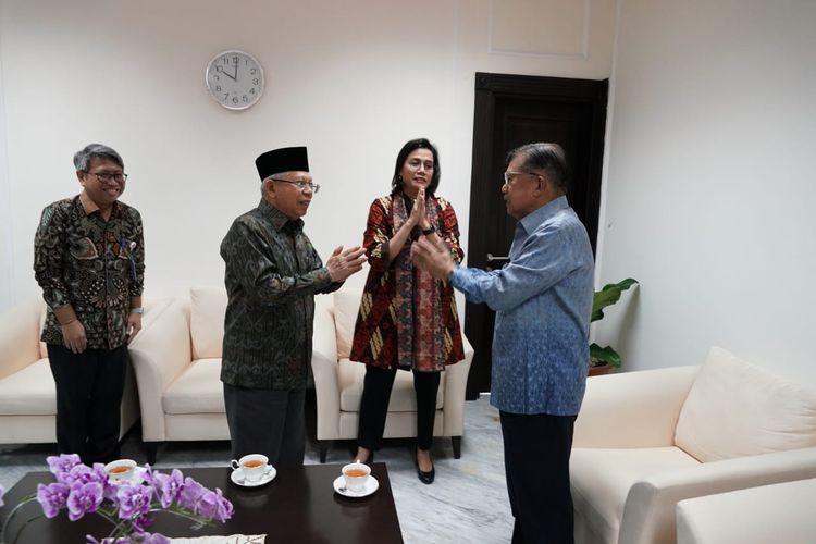 Wapres Maruf Amin saat melakukan salam corona dengan Jusuf Kalla serta Sri Mulyani di Kantor Wapres, Jakarta, Kamis (12/3/2020).