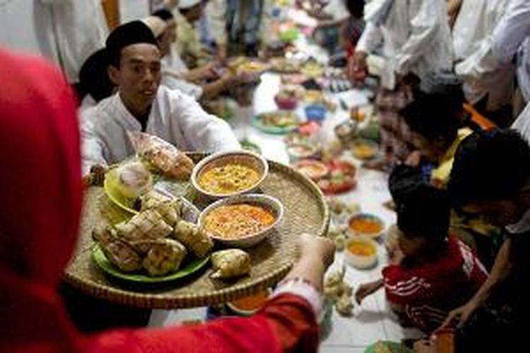 Memasuki pertengahan Ramadhan, umat Islam melaksanakan Qunutan di Masjid Al-Hidayah, Pulau Harapan, Kepulauan Seribu, Jakarta, Kamis (2/7/2015). Warga bergotong royong memasak ketupat sayur, dan membawanya ke masjid untuk didoakan dan dibagikan serta saling tukar antarwarga.