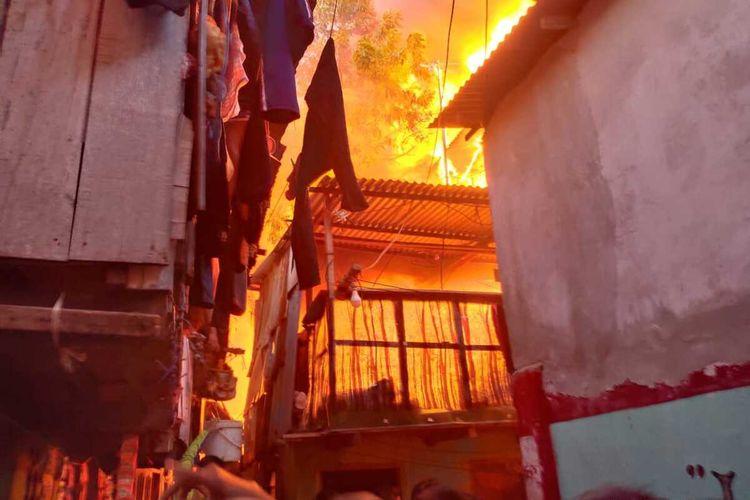 Beberapa rumah yang hangus dilalap api saat kebakaran di Jalan Bungaejayya lorong 4 dan 5 Kecamatan Bontoala, Makassar, Minggu (7/2/2021) malam.