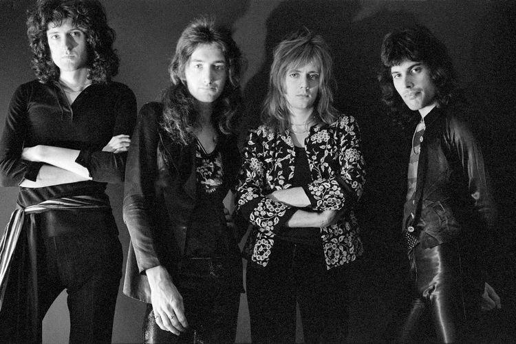 Freddie Mercury (paling kanan) bersama grup band Queen.