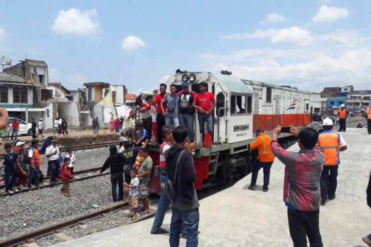 Warga berebut berfoto bersama lokomotif kereta yang baru tiba di Stasiun Garut Kamis (23/001/2020) usai lokomotof melakukan ujicoba rel Cibatu-Garut