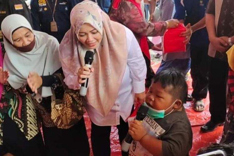 Meski masih diselimuti dengan rasa takut akibat banjir, anak-anak tampak asyik bernyanyi bersama diringi canda tawa dengan dipandu oleh Bupati Bima.
