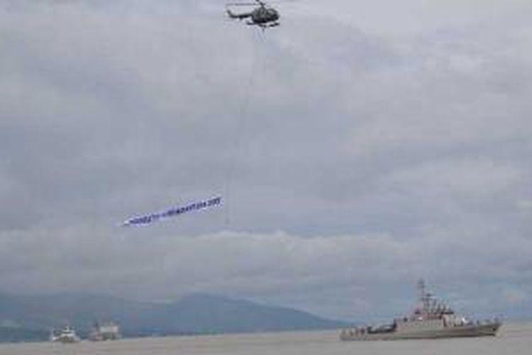 Parade kapal perang RI (KRI), kapal nelayan dan helikopter melintas di Pantai Talise, Palu, Sulawesi Tengah, Minggu (15/12/2013), dalam rangkaian Hari Nusantara 2013.