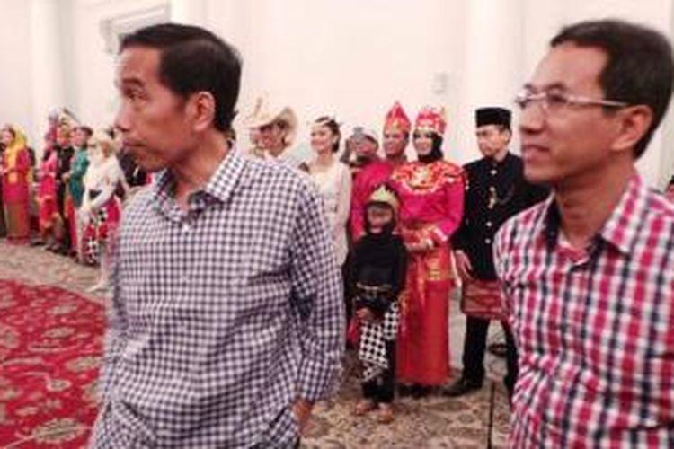 Gubernur Jakarta Joko Widodo dan Kepala Biro Kepala Daerah dan Hubungan Luar Negeri Heru Budi Hartono kompak mengenakan kemeja motif kotak-kotak.