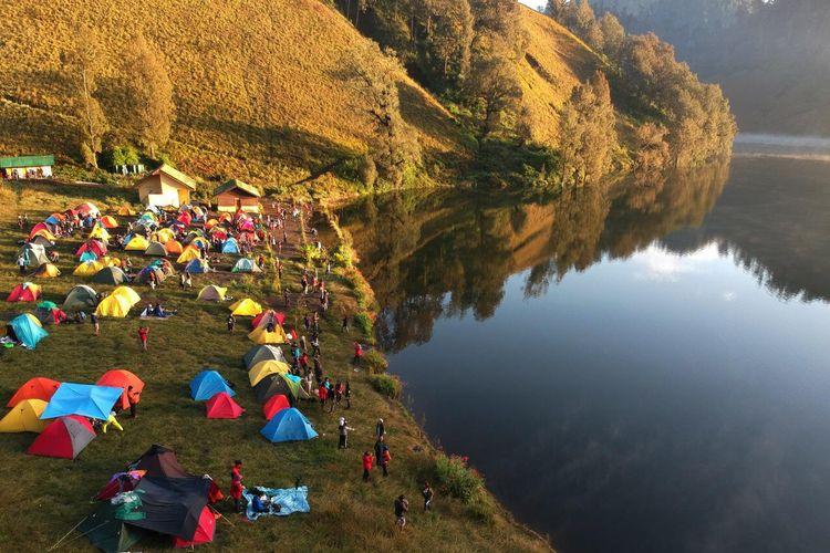 Tampak suasana ramai di kawah Ranu Kumbolo, Gunung Semeru, Jawa Timur.