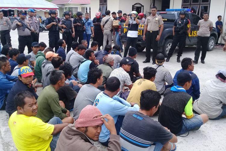 Sebanyak 35 Anak Buah Kapal (ABK) KM Gemilang Samudera dibawa ke Kantor Polres Kepulauan Aru, Maluku untuk dimintai keterangan soal insiden pembunuhan di atas KM Mina Sejati, Kamis (22/8/2019)