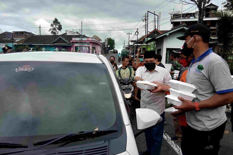 Wakil Bupati Semarang Ngesti Nugraha dan Forkom Ormas Getasan membagikan nasi daging kambing.