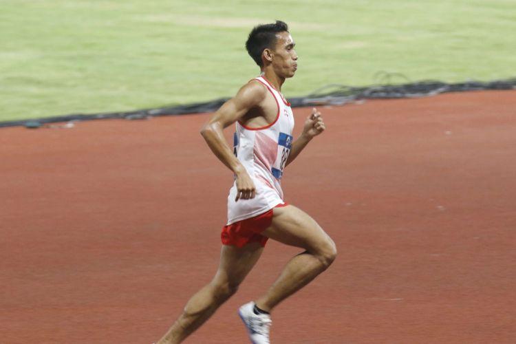 Pelari Indonesia Syamsuddin Massai (no.381) beradu kecepatan dengan pelari lainnya saat babak final Lari 5000 meter Putra Asian Games ke-18 Tahun 2018 di Stadion Utama Gelora Bung Karno Senayan, Jakarta Pusat, Minggu (26/8/2018). Pada pertandingan ini Syamsudin gagal mendapatkan medali dan berada pada posisi ke 8