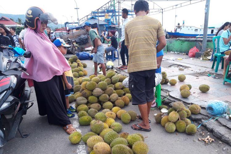 kawasan Pantai Mardika Ambon mulai dibanjiri ribuan buah durian, Jumat (1/2/2019). Buah durian yang dijual pedagang ini didatangkan dari Pulau Seram, Maluku