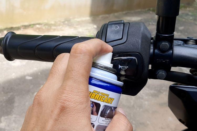 Cukup semprotkan cairan penetran untuk bikin saklar sepeda motor tidak seret