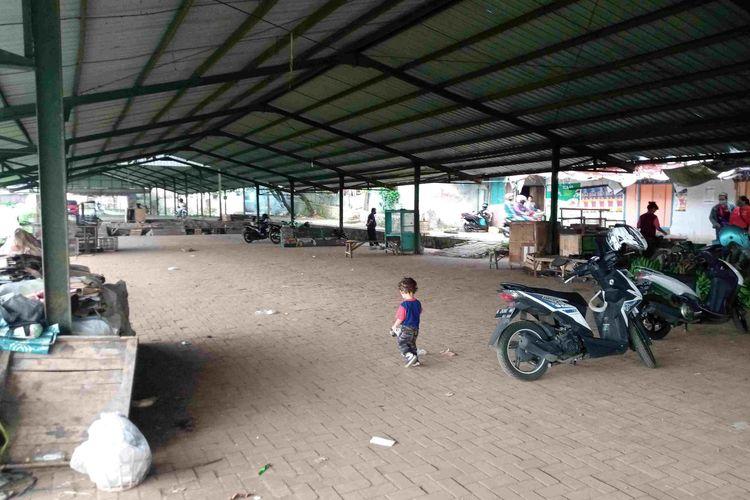 Suasana tempat penampungan pedagang Pasar Rejosari yang saat ini sepi.