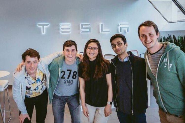 Moorissa Tjokro (tengah) Autopilot Software Engineer Tesla, bersama rekan-rekan kerjanya.