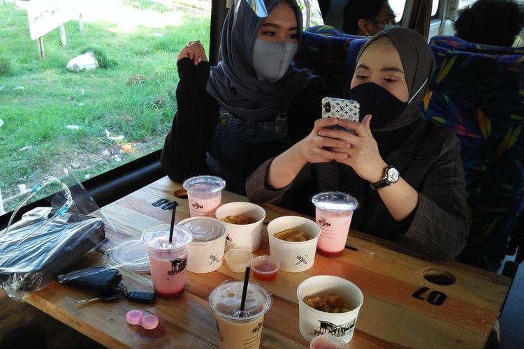 Konsumen saat menikmati ngopi di atas bus, dalam agenda perdana perjalanan, Jumat (10/7/2020).