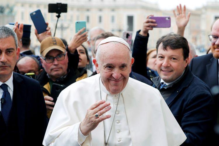 Paus Fransiskus menyapa umatnya di audiensi umum mingguan di Vatikan, Rabu (26/2/2020).