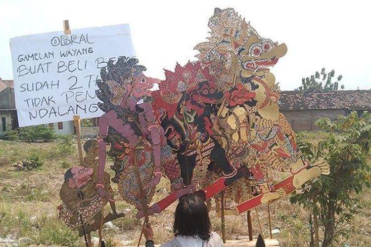 Para seniman Boyolali yang turun ke jalan tawarkan alat pentas mereka dengan harga miring pada Minggu (8/8/2021).